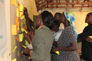Workshop participants share community values, norms and aspirations and identify ways to cope with environmental stresses. Photo: C. Sova (CIAT-CCAFS).